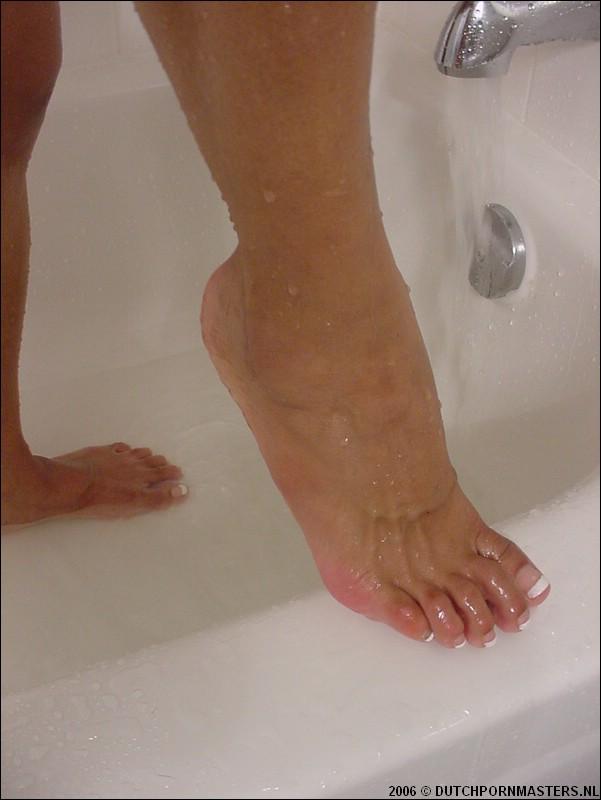 Bloedmooi halfbloedje laat haar geile voeten zien.