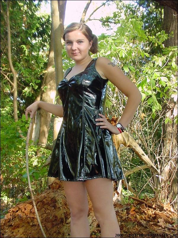 Huisvrouw in latex gaat in het bos uit de kleren..