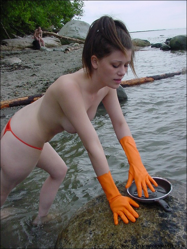 Met oranje huishoud handschoenen vingerd vrouw zichzelf.