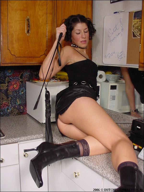 Kinky sletje slaat zichzelf op haar kale spleetje.