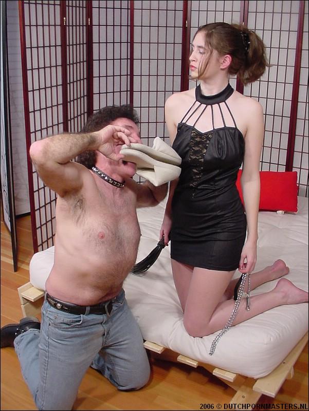 Oudere man krijgt honden training van strenge meesteres..