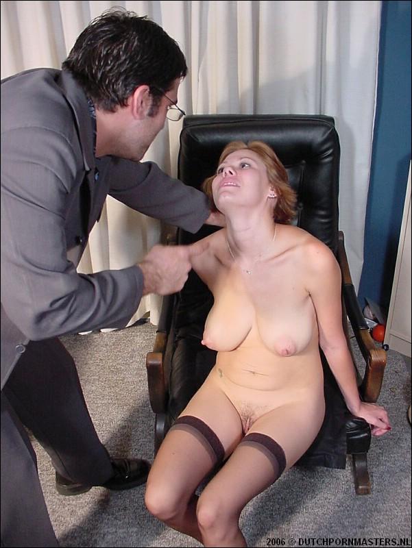 Yuppen directeur geeft zijn secretaresse pak slaag.