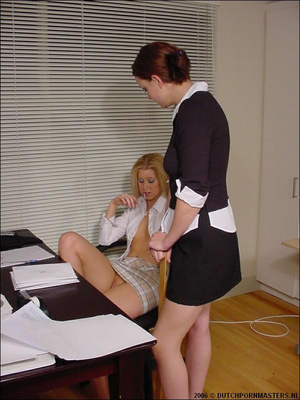 Directrice geeft haar secretaresse slaag met een liniaal.