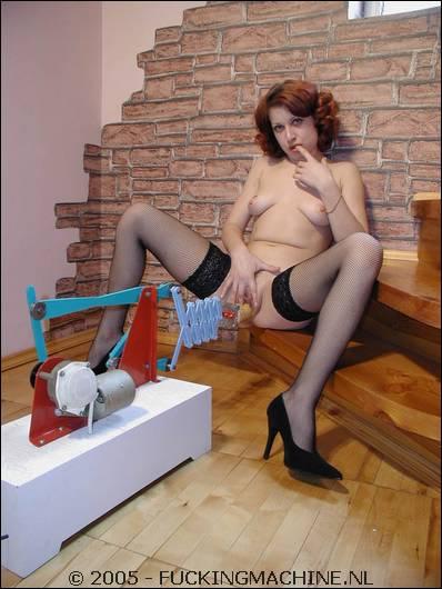 Terwijl ze haar tietjes streelt laat ze het apparaat werken