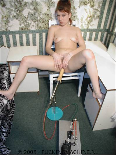 In de camera kijkt ze terwijl het dildoapparaat zijn werk doet