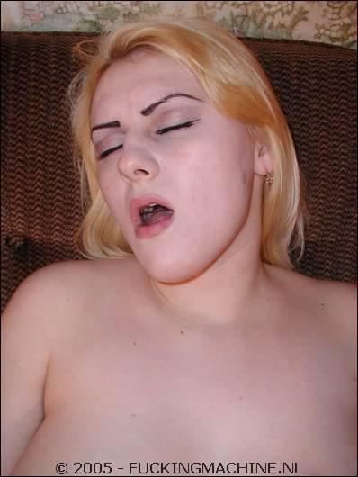 Trots laat ze de neukmachine de dildo in haar kut stoppen