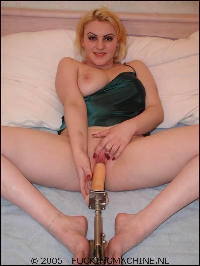 Het apparaat doet haar flink afneukt toch gebruikt ze ook dildo