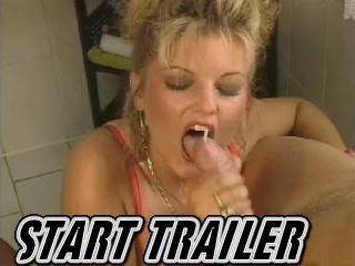Blonde zuighoer pijpt megalul klaar terwijl haar ongeschoren kut volgeramt word.