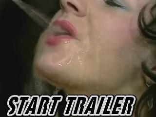 Perverse rijpe neukslet laat haar bek volpissen terwijl ze hard achterlangs geno