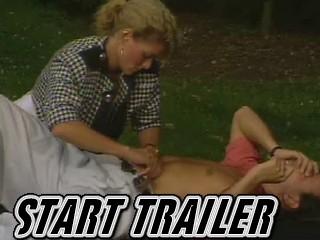 Jong tienermoedertje laat haar strakke kutje en kontje haar klaarneuken.