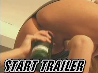 Oversexte huisvrouw laat haar verwaarloosde kutje klaarneuken door fles terwijl