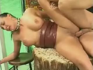 Diktietige dame krijgt een dikke lul in kont