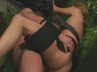 Met haar benen wijd wordt blonde snol goed genomen