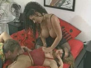 Sexy sletje doet opgewonden gast goed verwennen