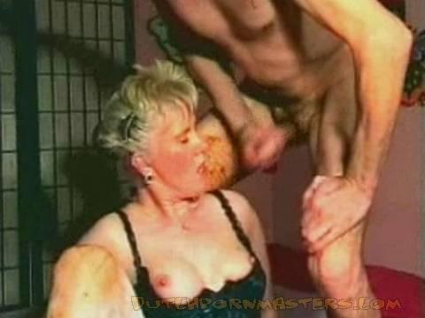 Wild doe de vrouw mastruberen en spuit flink
