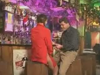 Geil pomphoertje doet opgewonden klant nemen