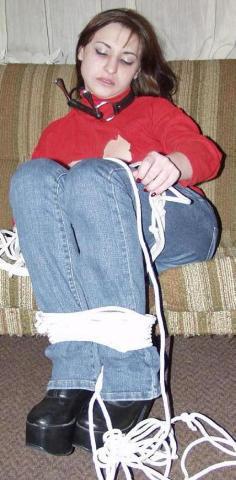 Tevergeefs krijgt het jonge bleke meisje het touw niet helemaal los