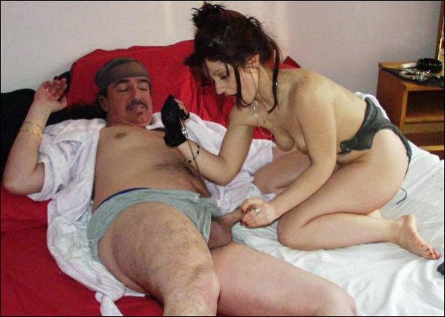 Ze trekt aan zijn piemeltje en is teleurgesteld door zijn penislengte