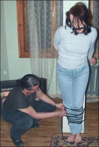 Hij pakt haar wild bij haar kop vast echt gooit haar hard tegen deze muur aan