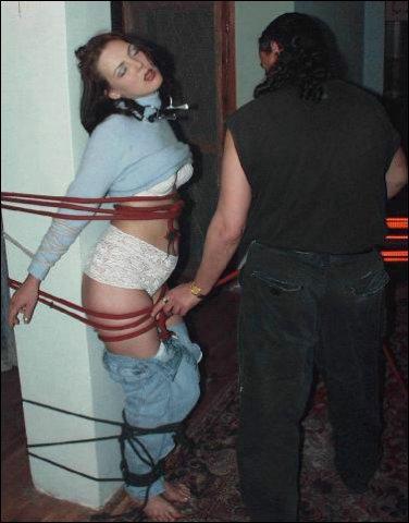Man wil zo pervers zo ver als mogelijk gaan en besluit haar dubbel te binden
