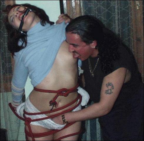 Geil gaat de man met zijn volle vuist om het supernatte lingeriesetje van haar