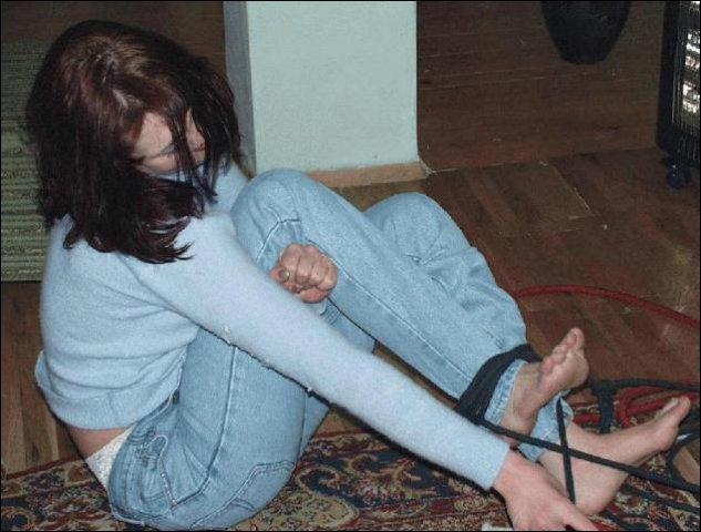 Het vrouwtje doet zichzelf bevrijden uit de benarde situatie waarin ze zat