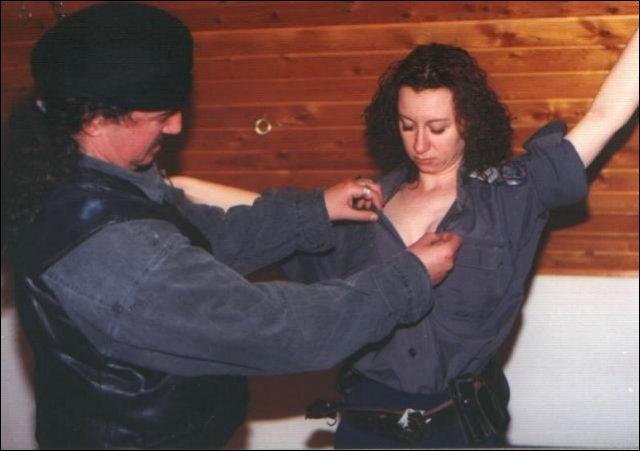 Het vrouwtje word nu vastgebonden aan de privecollectie ketting van de man