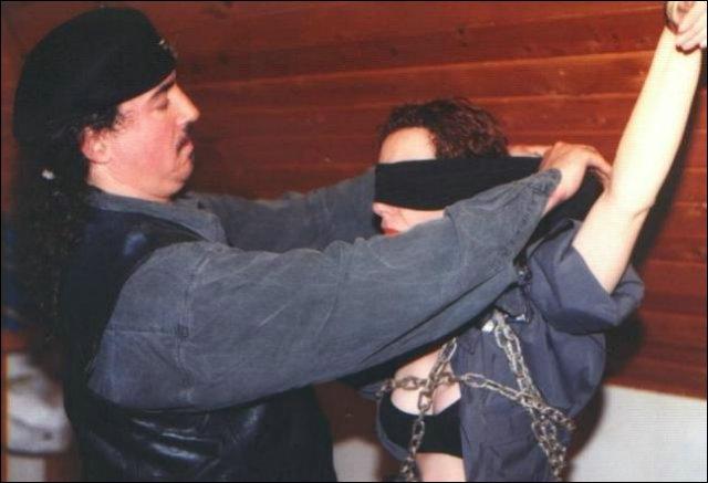 De vrouw word zich ondaan van haar kleding en komt in haar lingerieset te staan