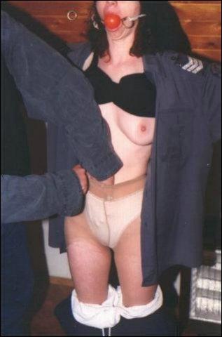 De man geniet er volop van hoe ze onder dwang in haar nakie is komen te staan