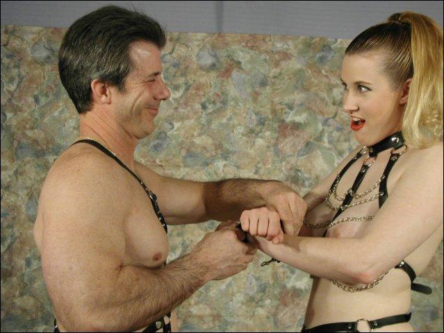Hij geniet er van hoe zij zo dominant tegen hem is