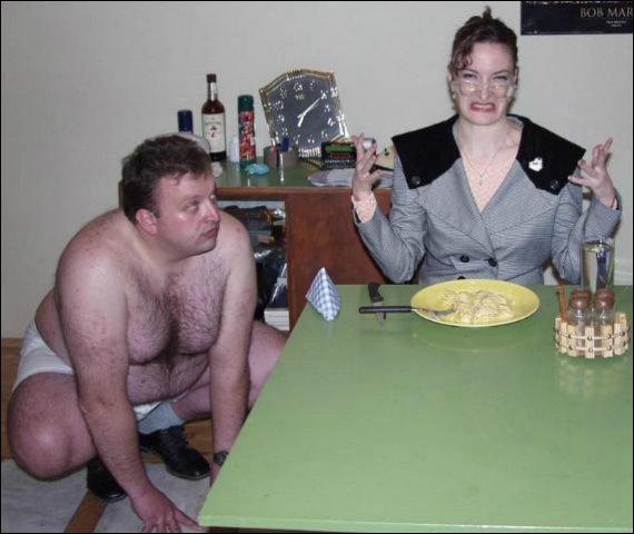 Smerig geil meesteresje doet eten terwijl slaafje toekijkt