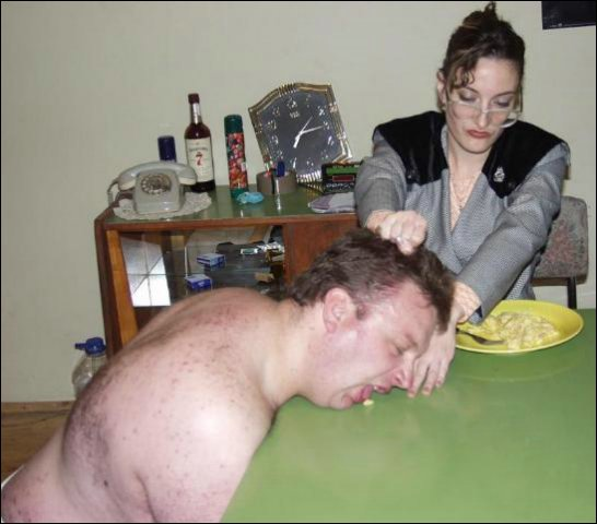 Haar dikke slaaf moet de hele tafel met zijn tong aflikken