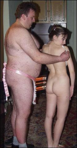 Ze kleed zich uit en hij moet dr rug helemaal schoonmaken