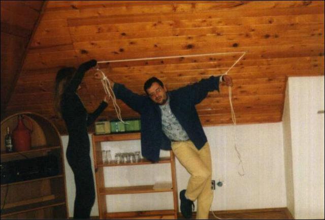 Op haar zolder word hij vastgebonden aan een stevige touw