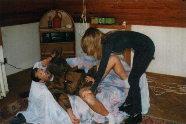 Op bed word de man vastgebonden door deze getoorde vrouw
