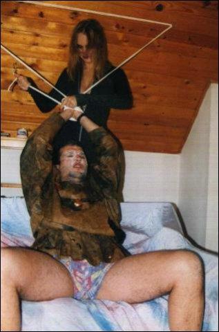 Met super sterk touw word de man vastgebonden boven bed