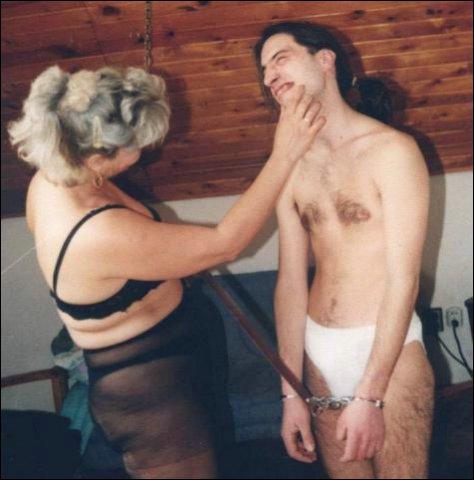 De vrouw geniet ervan hoe ze hem zo lekker kan strelen