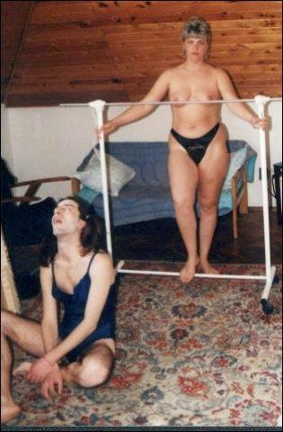 Op de zolder word de man vastgebonden aan haar fitnessapparaten