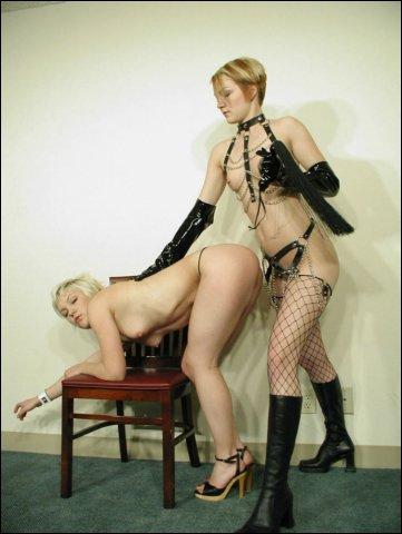 Terecht krijgt de blonde sloerie een pak slaag van haar vriendin