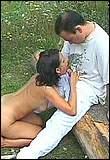 Terwijl haar tepeltjes worden gemasseerd zuigt Marian gulzig een pik leeg.
