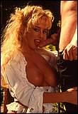 Geile zuigsnol Sabine laat haar kutje klaarvingeren terwijl ze braaf aan een lekkere geile pik sabbelt.