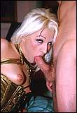 Stevig bij haar nek vastgehouden moet Melinda de harde lul van haar vriend klaarzuigen.