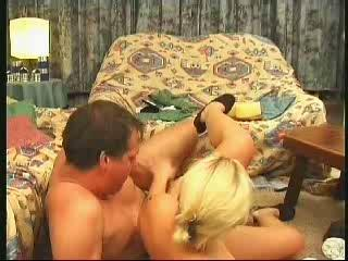 Barbara voelt de kloppende lul van haar man in haar kontje ketsen terwijl ze gul