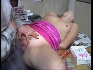 Gina laat zich gewillig op kantoor lekker klaargeneuken door haar twee geile gro