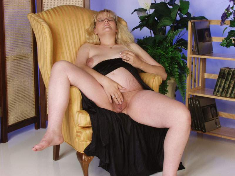 Goedkope zwangere hoer doet sexy poseren